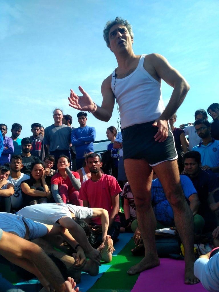 Зубин Зартоштиманеш на йога фестивале в Ришикеше